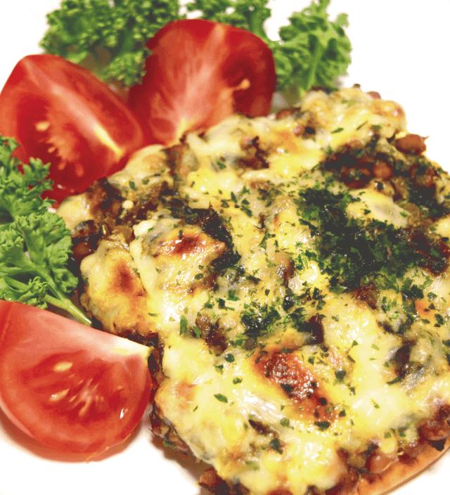 明太高菜と納豆のチーズはんぺんピッツァ